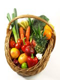 Gemüse und Früchte in einem Korb. getrennt Lizenzfreie Stockfotografie