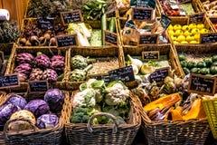 Gemüse und Früchte am Zähler einer Markthalle stockfoto