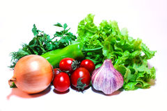 Gemüse und Grüns für Salat auf einem weißen Hintergrund Lizenzfreie Stockfotografie