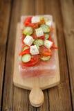 Gemüse- und Käsesalat diente auf einem Block auf Himalajarosa s Stockfotografie