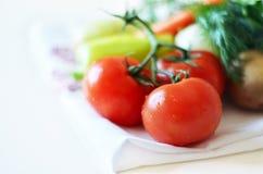 Gemüse und Kräuter auf einem Teetuch lizenzfreie stockfotos