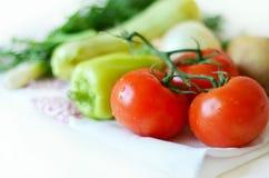 Gemüse und Kräuter auf einem Teetuch lizenzfreies stockbild