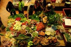 Gemüse- und nasser Markt Moslemische Frau, die Frischgemüse an Markt Siti Khadijah Market in Kota Bharu Malaysia verkauft lizenzfreie stockfotos
