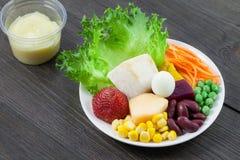 Gemüse und Obstsalat auf Holz Stockfotos