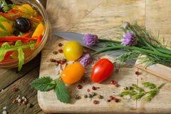 Gemüse und Oliven auf hölzernem Hintergrund Lizenzfreies Stockfoto
