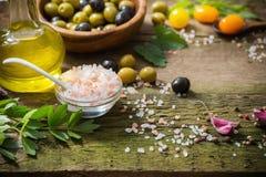 Gemüse und Oliven auf hölzernem Hintergrund Stockfotos