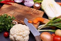Gemüse und Samen auf dem hölzernen Brett lizenzfreies stockbild