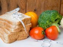 Gemüse- und Vollweizenbrot mit messendem Band Lizenzfreie Stockfotos