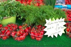 Gemüse verkauft am Straßenmarkt in Paris Leutegehen und kaufendes Lebensmittel Lizenzfreies Stockbild