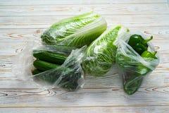 Gemüse vom Speicher in einer Polyäthylenstretchfolie und -paket lizenzfreie stockbilder