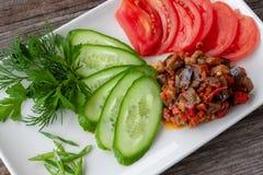 Gemüseaperitif mit den Auberginen, verziert mit geschnitten lizenzfreie stockfotografie