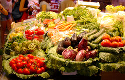 Gemüsebehälter an einem Markt Stockfoto