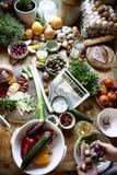 Gemüsebestandteile vorbereitet für das Kochen lizenzfreie stockfotografie