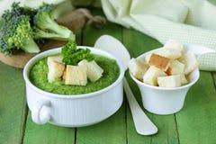 Gemüsebrokkolicremesuppe mit weißen Croutons Stockfotos