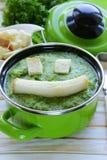 Gemüsebrokkolicremesuppe mit weißen Croutons Stockfoto
