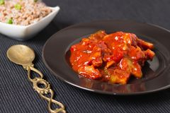 Gemüseeintopfgericht mit Buchweizenbeilage auf Schwarzblech und Tischdecke Stockfoto