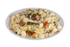 Gemüseeintopfgericht mit Gemüsepaprikas und Reis auf einer Platte, lokalisiert Lizenzfreies Stockfoto