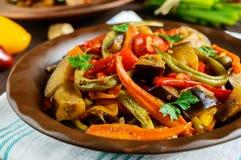 Gemüseeintopfgerichtsalat: grüner Pfeffer, Aubergine, Spargelbohnen, Knoblauch, Karotte, Porree Helle würzige aromatische Teller Stockfotos