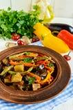Gemüseeintopfgerichtsalat: grüner Pfeffer, Aubergine, Spargelbohnen, Knoblauch, Karotte, Porree Helle würzige aromatische Teller Stockbilder