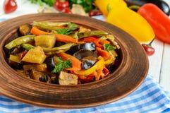 Gemüseeintopfgerichtsalat: grüner Pfeffer, Aubergine, Spargelbohnen, Knoblauch, Karotte, Porree Helle würzige aromatische Teller Stockfoto