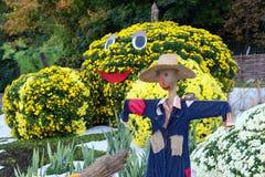 Gemüsegarten, geschützt durch eine Vogelscheuche Große Zahlen gemacht von den Blumen in Form des Gemüses mit bunten Chrysanthemen Lizenzfreies Stockfoto