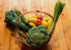 Gemüsegeschenkkorb für Geburtstag Stockfotografie
