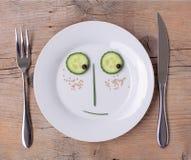 Gemüsegesicht auf Platte - Mann, schüchtern stockfoto