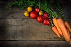 Gemüsekarotten und -tomaten vom Häuschen Lizenzfreies Stockfoto