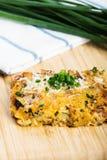Gemüsekasserolle mit Käse und Schnittlauchen Stockbild
