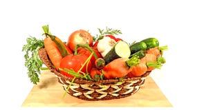 Gemüsekorb auf einem Holztisch Stockbilder