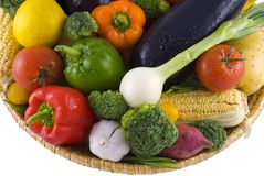 Gemüsekorb getrennt stockbilder