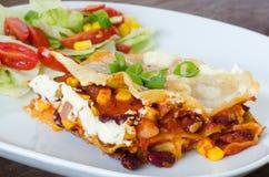 Gemüselasagne mit Bohnen und Mais Lizenzfreies Stockfoto