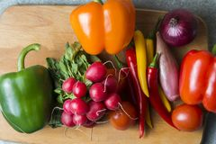 Gemüsemischung auf dem Küchenbrett Vegetarische Nahrung lizenzfreie stockbilder