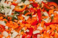 Gemüsemischung in der Bratpfanne stockbild