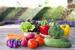 Gemüseon-line-Bestellung der lieferung zu Hause für das Kochen auf hölzernem ta Stockbilder