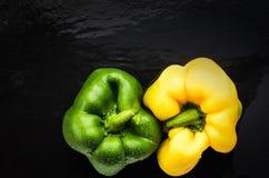 Gemüsepaprika auf Schiefer yin Yang-Platz auf die Oberseite stockfoto