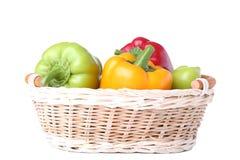 Gemüsepaprika in einem Korb lokalisiert auf Weiß stockbilder