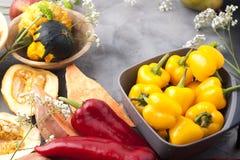 Gemüsepaprika gelb und rot, Kartoffeln und Kürbis auf einem grauen Hintergrund Die Ernte ist herbstlich Freier Raum für Text, Rah lizenzfreies stockbild
