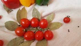 Gemüsepaprika von verschiedenen Farben, von Tomaten und von Lorbeerblatt lizenzfreie stockfotografie