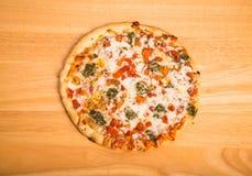 Gemüsepizza auf hölzernem Zähler Lizenzfreies Stockbild