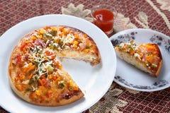 Gemüsepizza, köstliche leckere Gemüsepizza lizenzfreie stockbilder