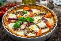 Gemüsepizza mit mozzarela Käse, Basilikum und Olivenöl stockfoto