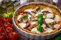 Gemüsepizza mit mozzarela Käse, Basilikum und Olivenöl stockbilder