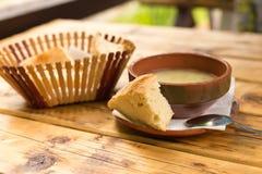 Gemüsesahnesuppe und Brot auf einem Holztisch Nahaufnahme Flache Designart Stockfotos