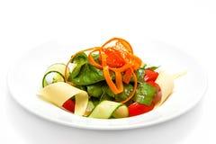 Gemüsesalat auf einer weißen Platte Stockfotografie