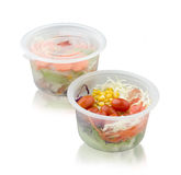 Gemüsesalat in der Frischhaltebox auf Weiß lizenzfreies stockfoto