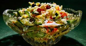 Gemüsesalat in einem Kristallsalatschüsselabschluß oben lizenzfreie stockbilder