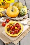 Gemüsesalat gedient im Kürbis Stockfotos