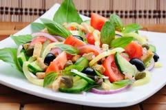 Gemüsesalat mit Basilikum stockfotos