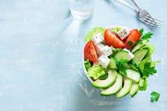 Gemüsesalat mit Feta-Käse stockfotos